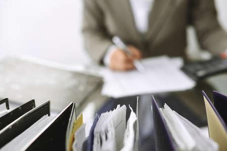 Femme comptable ou inspecteur financier faisant un rapport, calculant ou vérifiant le solde, gros plan. Concepts commerciaux, d'audit ou fiscaux Banque d'images
