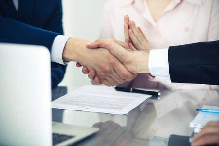 Geschäftsleute, die sich die Hände schütteln, um ein Meeting zu beenden. Handschlag bei erfolgreicher Verhandlung