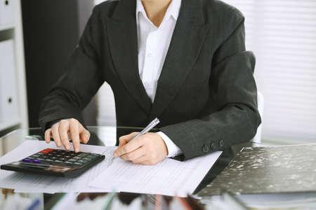 Buchhalterin oder Finanzinspektor, der Bericht erstellt, den Saldo berechnet oder überprüft, Nahaufnahme. Wirtschafts-, Wirtschaftsprüfungs- oder Steuerkonzepte