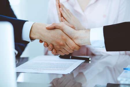 Gente de negocios dándose la mano para terminar una reunión. Apretón de manos en una negociación exitosa