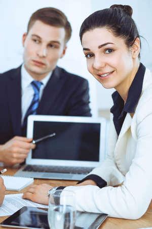 Gruppe von Geschäftsleuten und Anwälten, die Vertragspapiere diskutieren Standard-Bild
