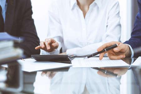 Buchhalterteam oder Finanzinspektoren, die Berichte erstellen, den Saldo berechnen oder überprüfen. Finanzdokument des Steuerdienstes. Prüfungskonzept