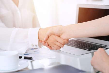 Geschäftshändedruck nach Vertragsunterzeichnung. Zwei Frauen, die sich nach einem Treffen oder einer Verhandlung die Hand schütteln. Lässiger Kleidungsstil