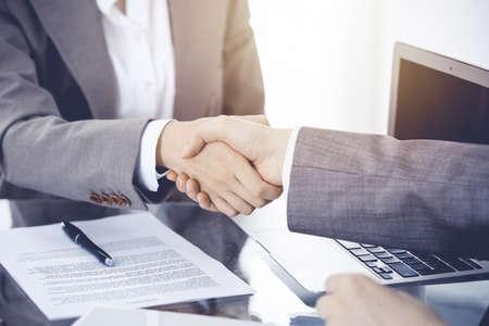 Biznesowy uścisk dłoni po podpisaniu umowy. Dwie kobiety podają sobie ręce po spotkaniu lub negocjacjach. Zdjęcie Seryjne