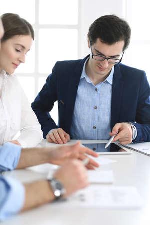 Grupa ludzi biznesu omawianie pytań na spotkaniu w nowoczesnym biurze. Menedżerowie przy negocjacjach lub burzy mózgów. Praca zespołowa, partnerstwo i koncepcja biznesowa