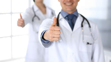 Group of doctors cheerful smiling at camera, thumbs up. Perfect medical service in clinic. Happy future in medicine and healthcare. Foto de archivo - 129483737