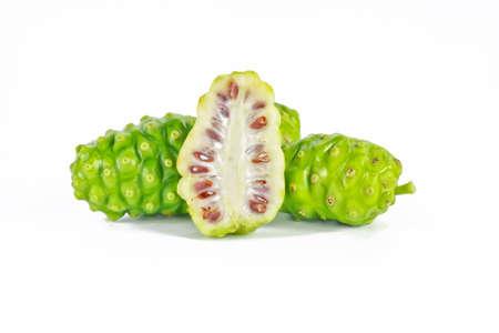 bounty: La fruta de Noni sobre fondo blanco aisladas Foto de archivo