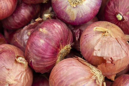 Red onions are laid out on shop windows. Standard-Bild