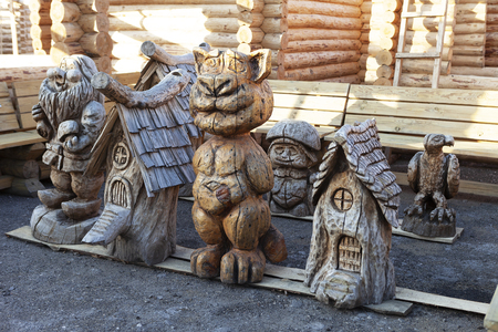 Wooden sculptures. Decoration of the yard. Woodcarving. Imagens