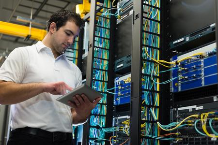 IT ingénieur travaillant sur une tablette Banque d'images