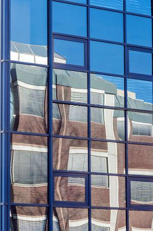 reflexion: Imagen de fondo de la reflexión del edificio de oficinas moderno y cielo azul claro en la superficie de cristal de otro edificio de gran negocio