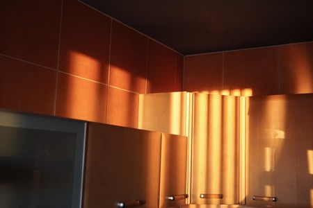 setting sun in the kitchen colorful contrast Banque d'images