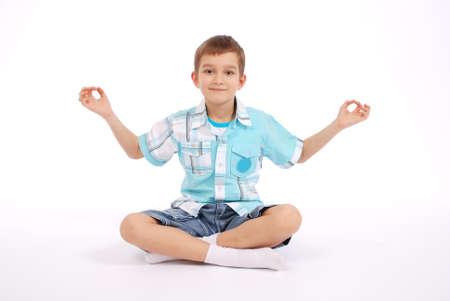 少年示すヨギ、白い背景で隔離