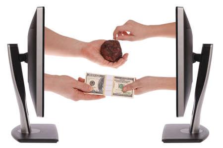 unequal: Dos monitor de la computadora en el Cambio de moneda fondo blanco desigual de un producto mal