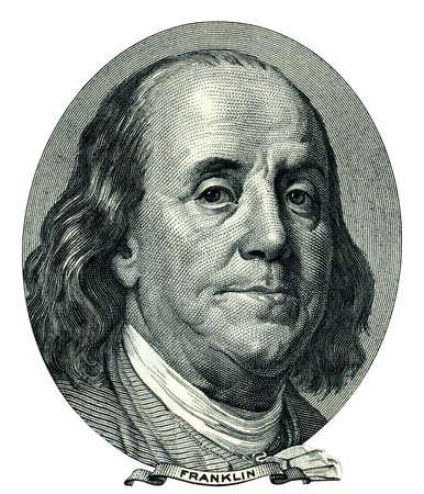 signo pesos: Retrato de hombre de estado de Estados Unidos, inventor y diplom�tico Benjamin Franklin como aspecto de �l en el anverso de billete de cien d�lares.  Foto de archivo