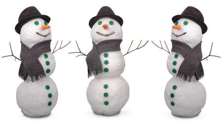 Drie witte sneeuwpop breken sjaal en vilten hoed. Op een witte achtergrond