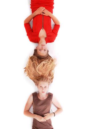 ni�o modelo: Retrato de dos ni�as con pelos entrelazados, aislado en blanco