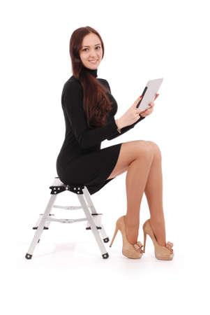 白で隔離タブレット pc とはしごの上に座って幸せ生 10 代の少女