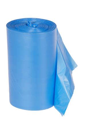 Rouleau de sacs à ordures en plastique bleu isolé sur fond blanc. Tracé de détourage Banque d'images - 81816421