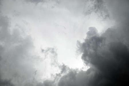 Dark nuvole temporalesche, nuvole con sfondo. Nuvole scure prima di un temporale.
