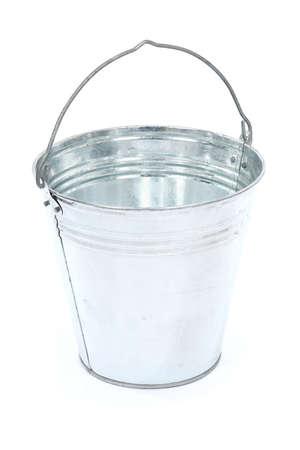 Secchio di metallo vuoto isolato su sfondo bianco. Foto ad alta risoluzione. Profondità di campo completa.