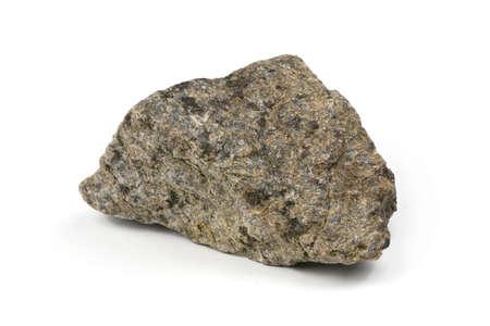 Nieczysty granitowy kamień, marmurowa skała na białym tle. Zdjęcie w wysokiej rozdzielczości. Pełna głębia ostrości.