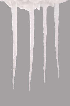 Glaçons isolés sur fond gris. Eau gelée. Chemin de détourage à l'intérieur. Banque d'images