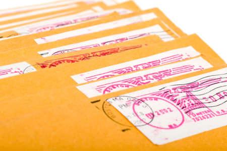telegrama: sobres puesto de color amarillo con letras y un espacio en blanco para la dirección o una inscripción Foto de archivo