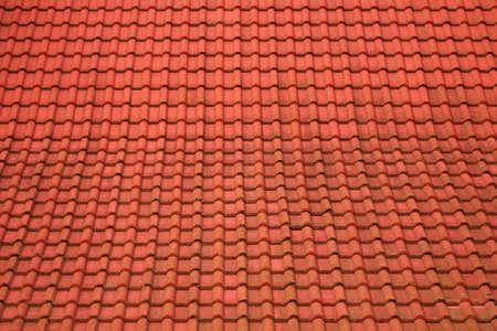 precipitaci�n: Antecedentes de un techo de tejas rojas con manchas peque�as de las precipitaciones atmosf�ricas