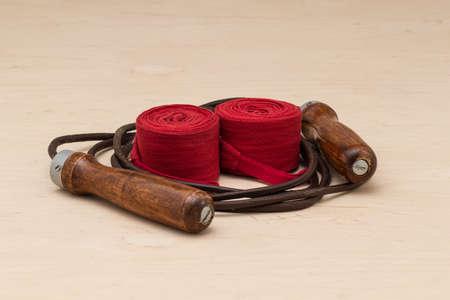 saltar la cuerda: equipos deportivos en el boxeo. vendas de boxeo y saltar la cuerda de cuero sobre fondo claro