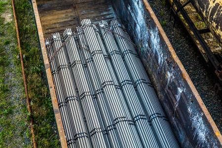 ferretería: Transportation of metal pipes. bound in bundles, by rail Foto de archivo