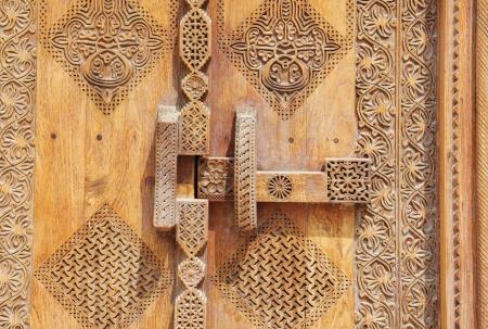 door bolt: Sistema de bloqueo en Old bellamente tallada antigua puerta tradicional Foto de archivo