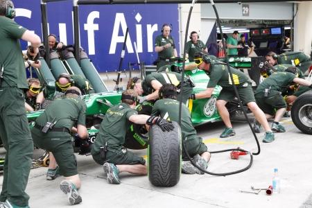 pit stop: Shakir, Bahrein - 18 de abril: Caterham Renault haciendo pr�ctica de cambio de neum�ticos y repostaje en frente del garaje Pit stop el jueves 18 de abril 2013, la F�rmula 1 Gulf Air Gran Premio de Bahrein 2013