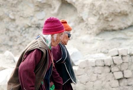 old aged: Choklamsar, LADAKH-21 agosto: Gli anziani di et� compresa tra trasferirsi a Shewatsel terreno a Choklamsar nei pressi di Leh, Ladakh, India per ascoltare la predicazione del leader spirituale Dalai Lama il 21 agosto 2013