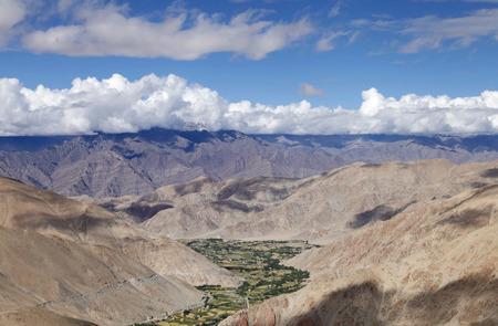 tierra fertil: Hermoso paisaje: Ladakh Batolito e Indus grupo en el tel�n de fondo