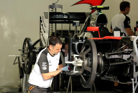 pit stop: Pit stop garaje del equipo Mclaren el jueves 16 de abril 2015 de F�rmula 1 Gulf Air Gran Premio de Bahrein 2015