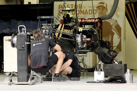 pit stop: Pit stop garaje del equipo Lotus el jueves 16 de abril 2015 de F�rmula 1 Gulf Air Gran Premio de Bahrein 2015