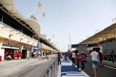 pit stop: P�blico visitando los garajes parada en boxes de equipos de F�rmula 1 el jueves 16 de abril 2015 de F�rmula 1 Gulf Air Gran Premio de Bahrein 2015