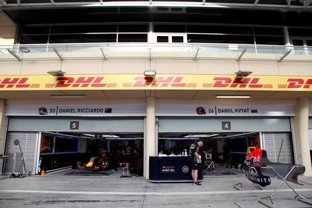 pit stop: Pit stop garaje de Red Bull el jueves 16 de abril 2015 de F�rmula 1 Gulf Air Gran Premio de Bahrein 2015 Editorial