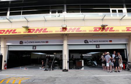 pit stop: Pit stop garaje de Mercedes del equipo el jueves 16 de abril 2015 de F�rmula 1 Gulf Air Gran Premio de Bahrein 2015