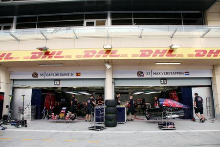 pit stop: Pit stop garaje del equipo Toro Rosso el jueves 16 de abril 2015 de F�rmula 1 Gulf Air Gran Premio de Bahrein 2015