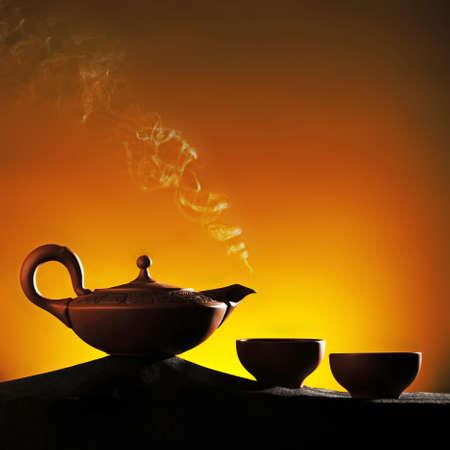 ollas de barro: Arabia vieja tetera de cer�mica marr�n con tazas de t� Foto de archivo