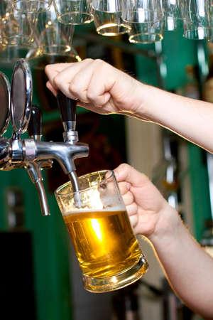 handle bars: La cerveza de barril vierte en un vaso de la gr�a