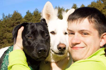 amigos abrazandose: Friends. El hombre y sus perros juntos.