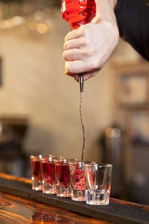 Barista riempie un paio di bicchieri di fila allo stesso tempo Archivio Fotografico - 17813413