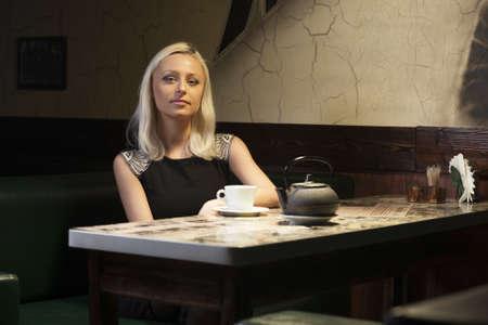Bella donna in caffè seduto da solo una tazza di tè Archivio Fotografico - 17888409