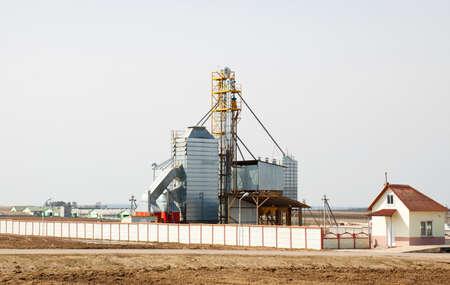 bedrijfshal: modern industrieel gebouw op het platteland. Uitzicht naar buiten.