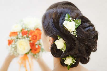 白い背景のブライダルヘア スタイルのクローズ アップ写真