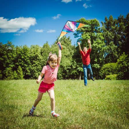 papalote: Papá dedica tiempo al niño. Padre jugando con su hija. Kite Cielo.