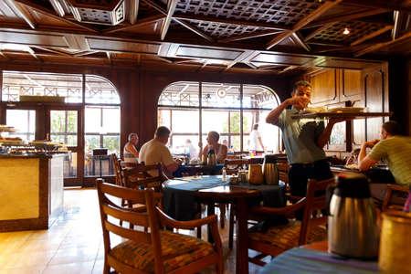 restaurante italiano: HURGHADA, EGYPT - MAY 18, 2015: The interior of an Italian restaurant in the Egyptian resort Editorial